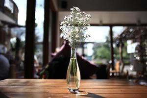 Tabelleneinstellung im Restauranthintergrund foto