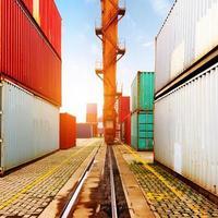 das Containerterminal in der Abenddämmerung