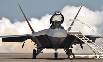 f-22 Kampfjet mit offenem Baldachin foto