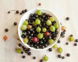 Schüssel mit verschiedenen frischen Beeren hell, Sommerstillleben foto