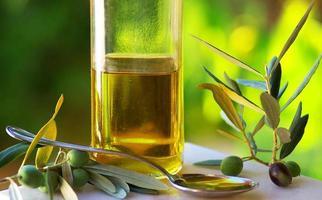 Olivenöl und Oliven. foto