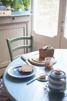 Frühstück auf dem Küchentisch foto