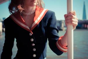 Frau, die sich auf dem Boot auf der Themse entspannt foto