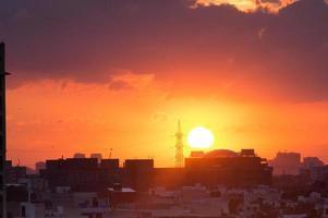 Sonnenuntergang über Gurgaon Stadtbild mit Monsunwolken foto