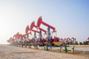 Arbeitsbohrinsel im Ölfeld bei klarem Himmel foto