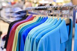 bunte Kleidung auf Kleiderbügeln foto