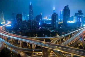 moderne Stadtverkehrsstraße bei Nacht. Verkehrsknotenpunkt. foto