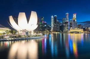 Skyline der Stadt Singapur in der Dämmerung