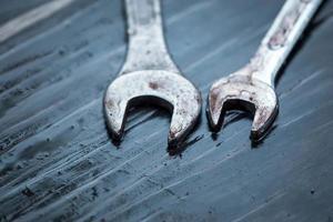 Schraubenschlüssel Werkzeug mit Tautropfen auf Holztisch foto