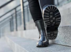 Nahaufnahme von stilvollen Damenschuhen Stiefel. Outdoor-Schuhkonzept