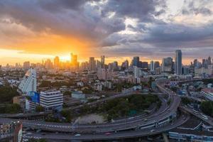 Bangkok Stadt mit Schnellstraße bei Sonnenuntergang. foto