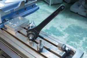 Schraubenschlüssel-Fräswerkzeug-CNC-Baugruppe foto