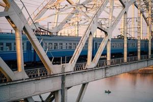 Zug auf der Eisenbahnbrücke über den Fluss Dnepr foto