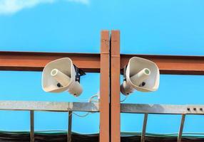 zwei weiße Lautsprecher Lautsprecher foto