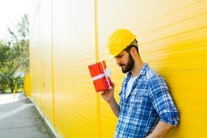 Arbeiter mit einem Geschenk in Händen foto