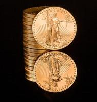 Reflexion einer Unze Goldmünze schwarz foto