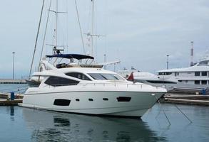 luxuriöse weiße Yacht