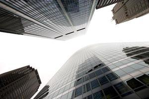 Wolkenkratzer mit niedrigem Winkel foto