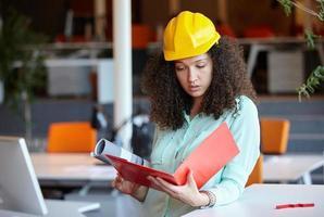 Architektin auf der Baustelle foto