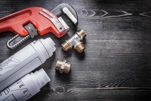 Schraubenschlüssel Kupfer Klempner Armaturen aufgerollt Bau pl