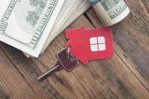 Hausschlüssel über die hundert Dollar Banknoten foto