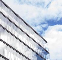 abstrakte Fassadenlinien und Glasreflexion auf modernem Gebäude, foto