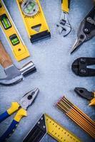 Satz Hausverbesserungswerkzeuge auf zerkratztem metallischem Hintergrund foto