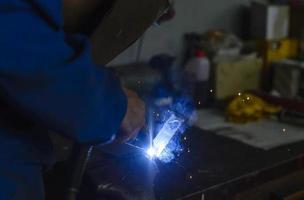 Industriearbeiter in der Werkstatt foto