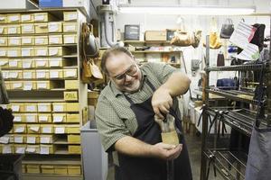 Schuhmacher in der Werkstatt foto