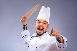 Porträt des jungen gutaussehenden Kochs foto