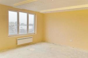 Aussehen der Renovierung frisch gestrichener Zimmer mit moderner LED-Beleuchtung foto