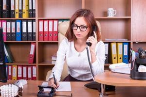besorgte Frau hören Telefon foto