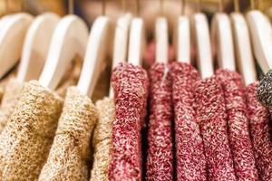 rot-gelb gestrickter Pullover hängt am Kleiderbügel