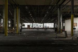 verlassene baufällige Fabrik in Trümmern foto