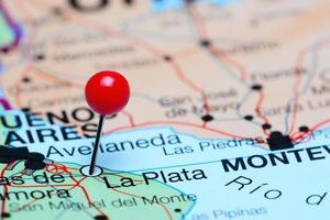 la plata auf einer Karte von Argentinien festgesteckt foto