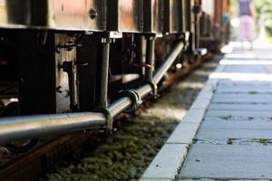 alter Zug steht am Bahnhof.