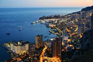 Blick auf die Stadt Monaco bei Nacht. Französische Riviera foto