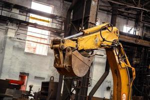 Industrie-Innenraum mit Bulldozer im Inneren foto