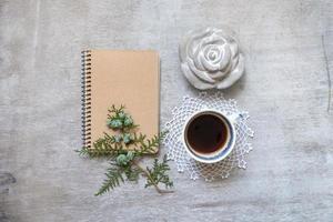 Tasse Kaffee mit einem Notizbuch foto