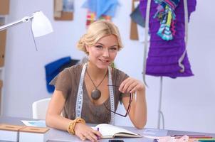 moderner junger Modedesigner, der im Studio arbeitet foto