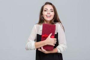Geschäftsfrau hält Geschenkbox foto