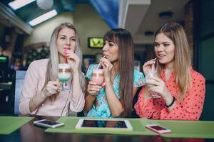 Mädchen mit Telefonen foto