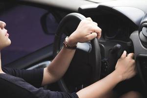 Frau fährt vorsichtig foto