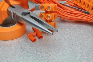 Satz Elektrowerkzeuge und Kabel auf Metalloberfläche foto