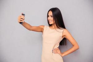 Frau macht Selfie Foto auf dem Smartphone