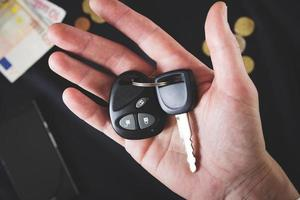 Autoschlüssel auf der männlichen Handfläche foto
