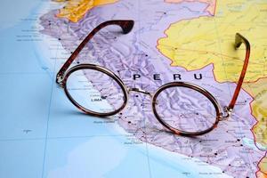 Brille auf einer Karte - Lima foto