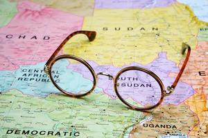 Brille auf einer Karte - Juba foto