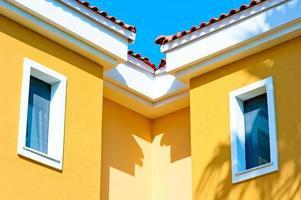 zwei kleine Fenster auf dem Dachboden unter dem Dach foto