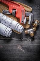 Rohrschlüssel Messing Sanitärarmaturen Schutzhandschuhe Blaupause foto
